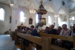 Viele_Besucher_in_der-Kirche