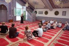 Besucher_in_der_Moschee_Wohlen